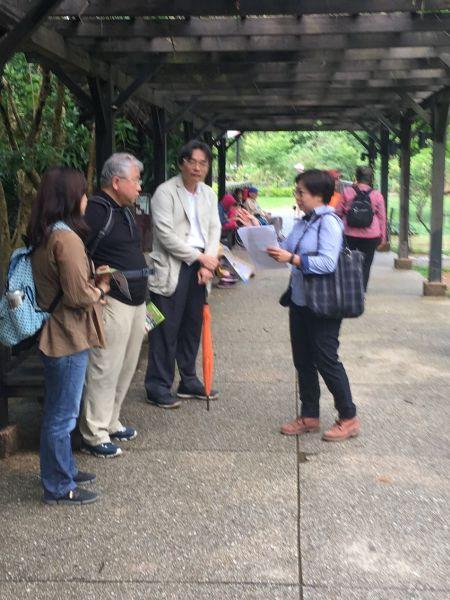 世川、翠華、詩文教授專注聆聽八德生態陂塘的深入解說.jpg